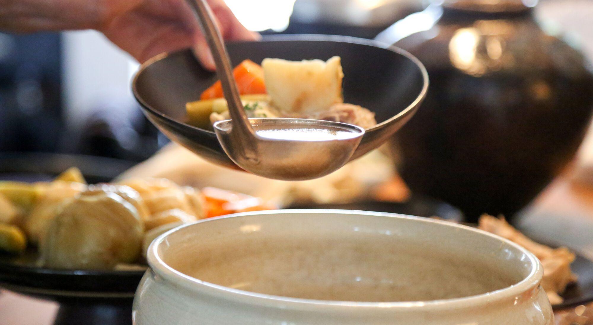 מתכון לפסח: מרק עוף עם קניידלך של רותי ברודו