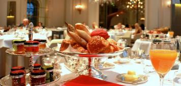 שעת תה במלון פלאזה אתנה בפריז