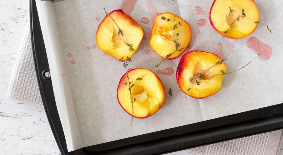 מתכון וספר: עוגת ספוג וזעפרן עם אפרסקים צלויים, דבש וטימין