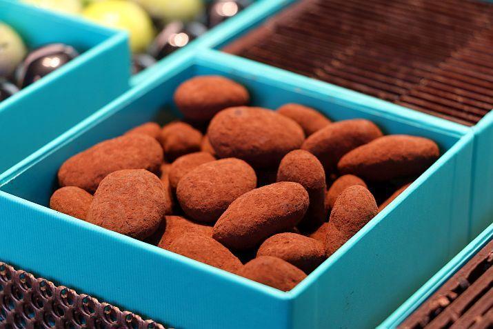שקדים מהמטע של פטריק רוז'ה, קלויים ומקורמלים ומצופים בשוקולד. שרון מהיינריך, פריז של שרון