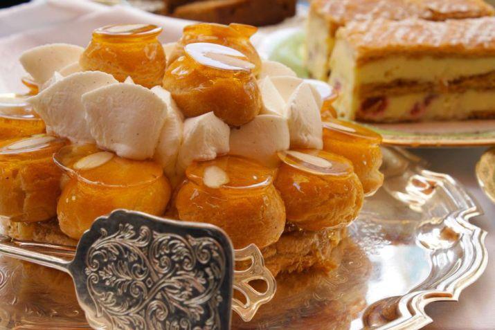 עוגת סנט אונורה של הבייקרי - תחתית בצק עלים, פחזניות במילוי קרם פטיסייר מקורמלות, קרם קרמל וקצפת וניל. צילום: עידית בן עוליאל