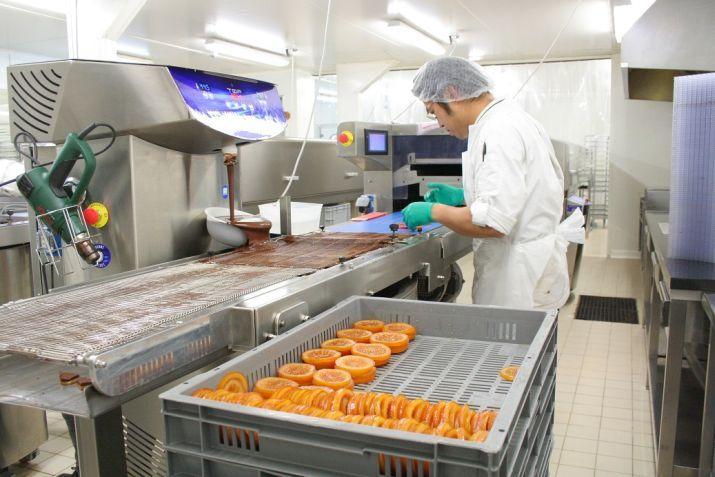 מעבדת השוקולד של אאוקי, שמאמין בייצור ארטיזני חסר פשרות. צילום: שרון היינריך