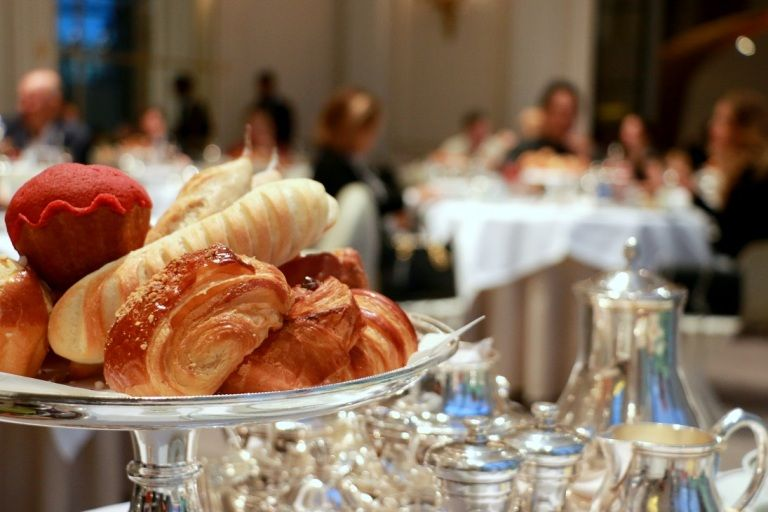 ארוחת הבוקר במסעדת גאלרי במלון היוקרה פלאזה אתנה. צילום: שרון היינריך