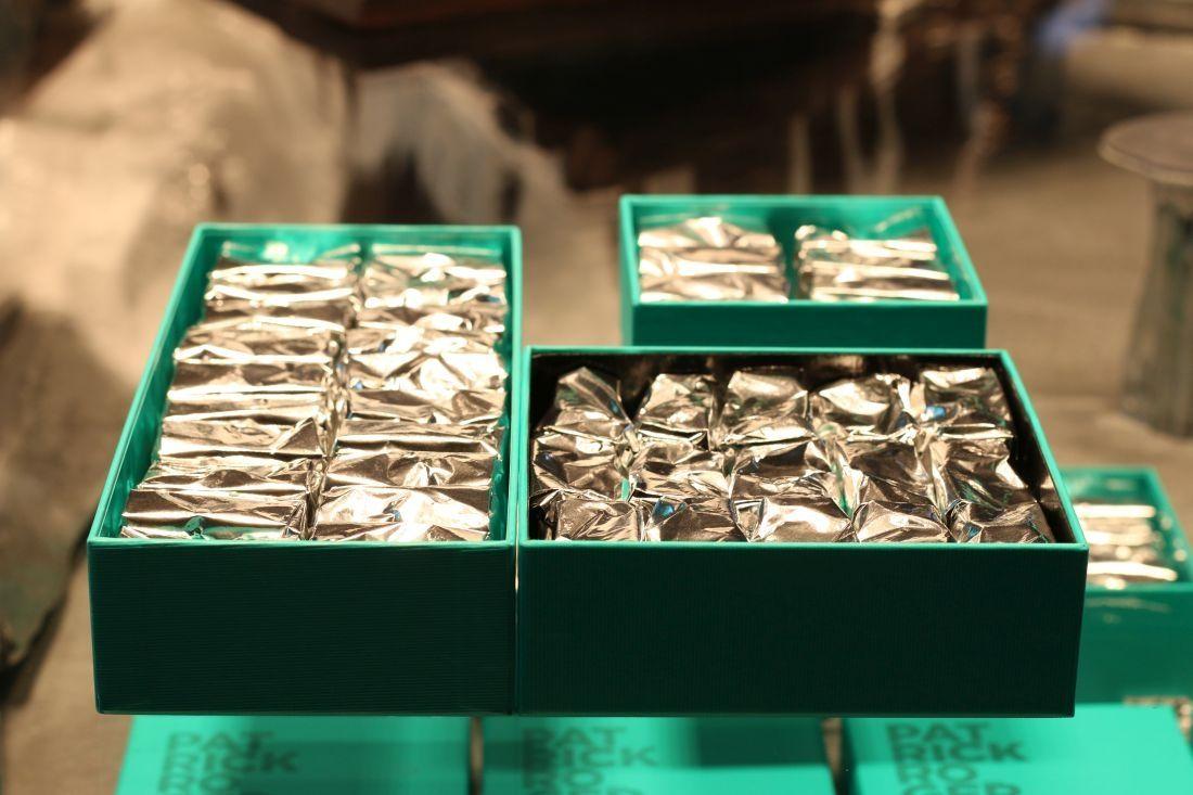 הערמונים המסוכרים נארזים באריזה מוזהבת או כסופה, כיאה ליהלום מן הטבע
