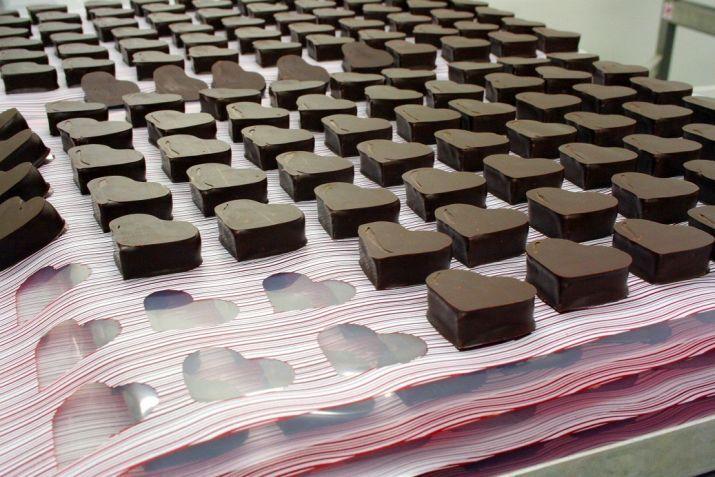 הכנת לבבות שוקולד ופטל ליום האהבה. צילום: שרון היינריך