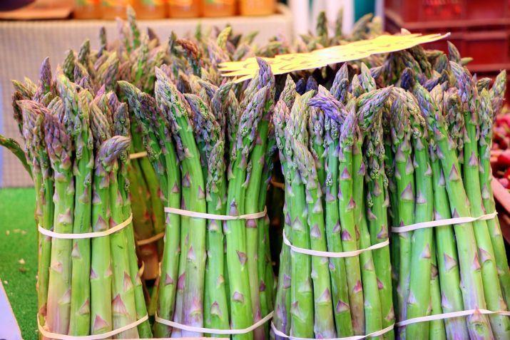 אלומות אספרגוס בשוק האוכל של מובר, פריז
