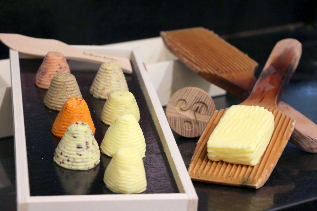 החמאה של בורדייה מעוצבת בצורות שונות לפי דרישת הלקוחות