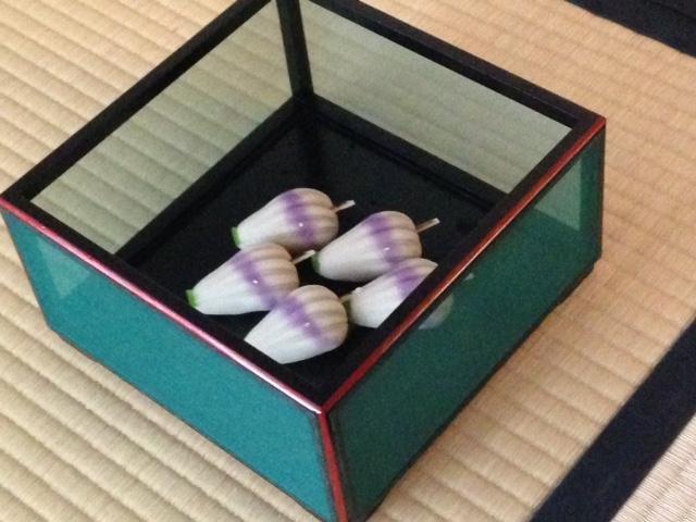 טקס תה יפני מסורתי מתחיל עם ווגאשי, קינוח יפני ממולא הממרח שעועית