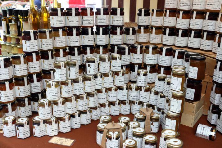המגוון העצום של הקונפיטורות בדוכן של טארק, שוק מובר. צילום: שרון היינריך