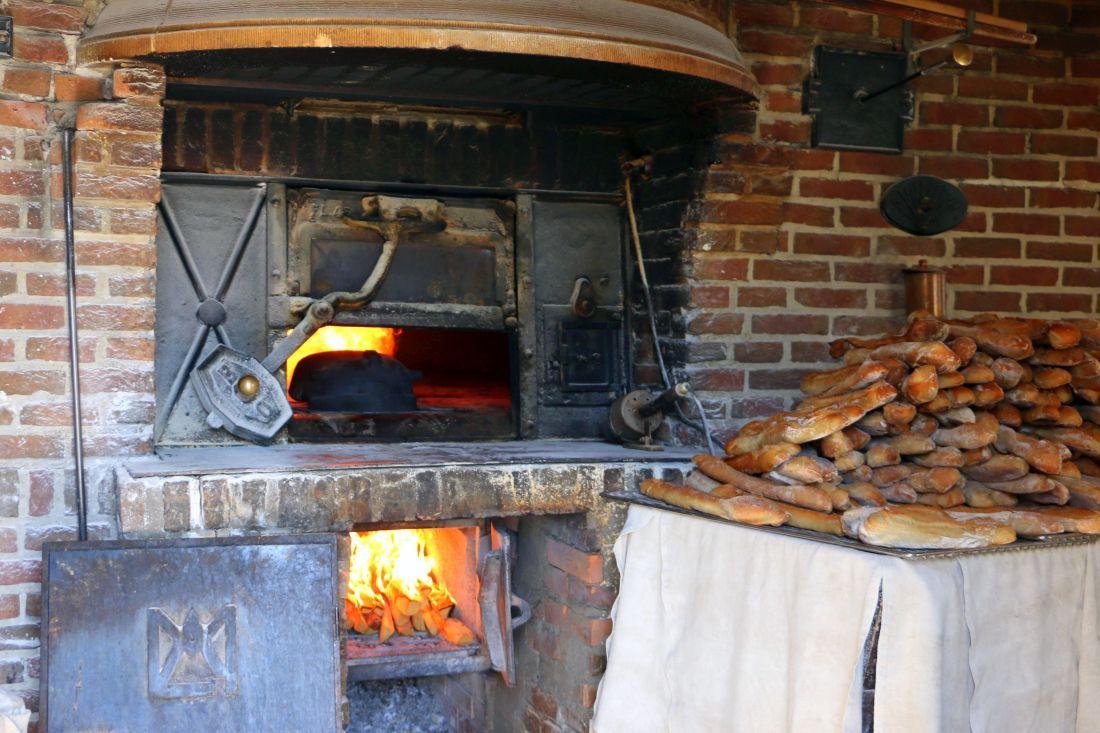 התנור וערימת הבגטים