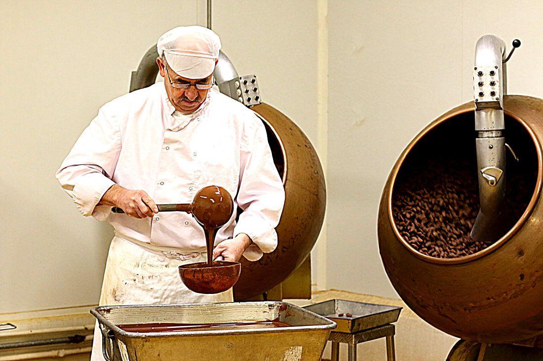 העובד המיומן, מוזג שוקולד לשקדים המקורמלים
