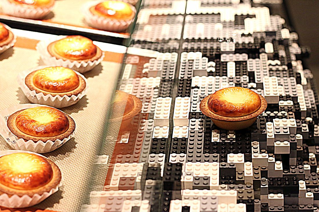 Bake Cheese Tart, חנות קונספט שבה הקינוחים מונחים על משטח לגו גדול