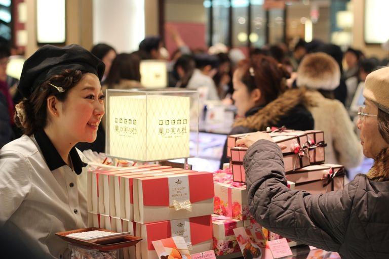 יום האהבה היפני - דוכני שוקולד, אלפי נשים וקונדיטורים מפורסמים בחגיגת השוקולד בבית הכלבו המסורתי מיטסוקושי