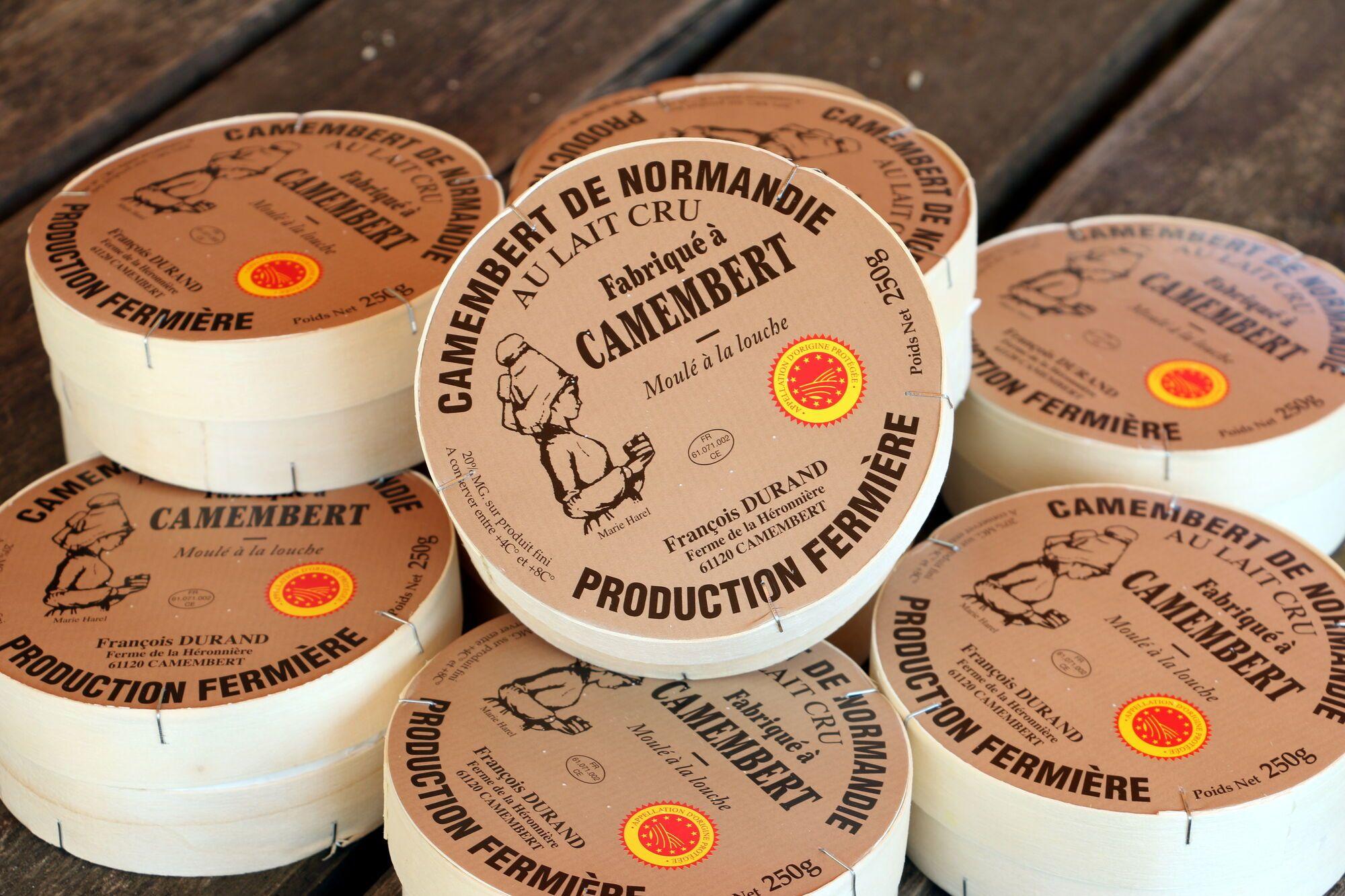 """""""קממבר מנורמנדי"""" (Camembert de Normandie. שם מוגן) עם הלוגו הקטן האדום-צהוב,"""