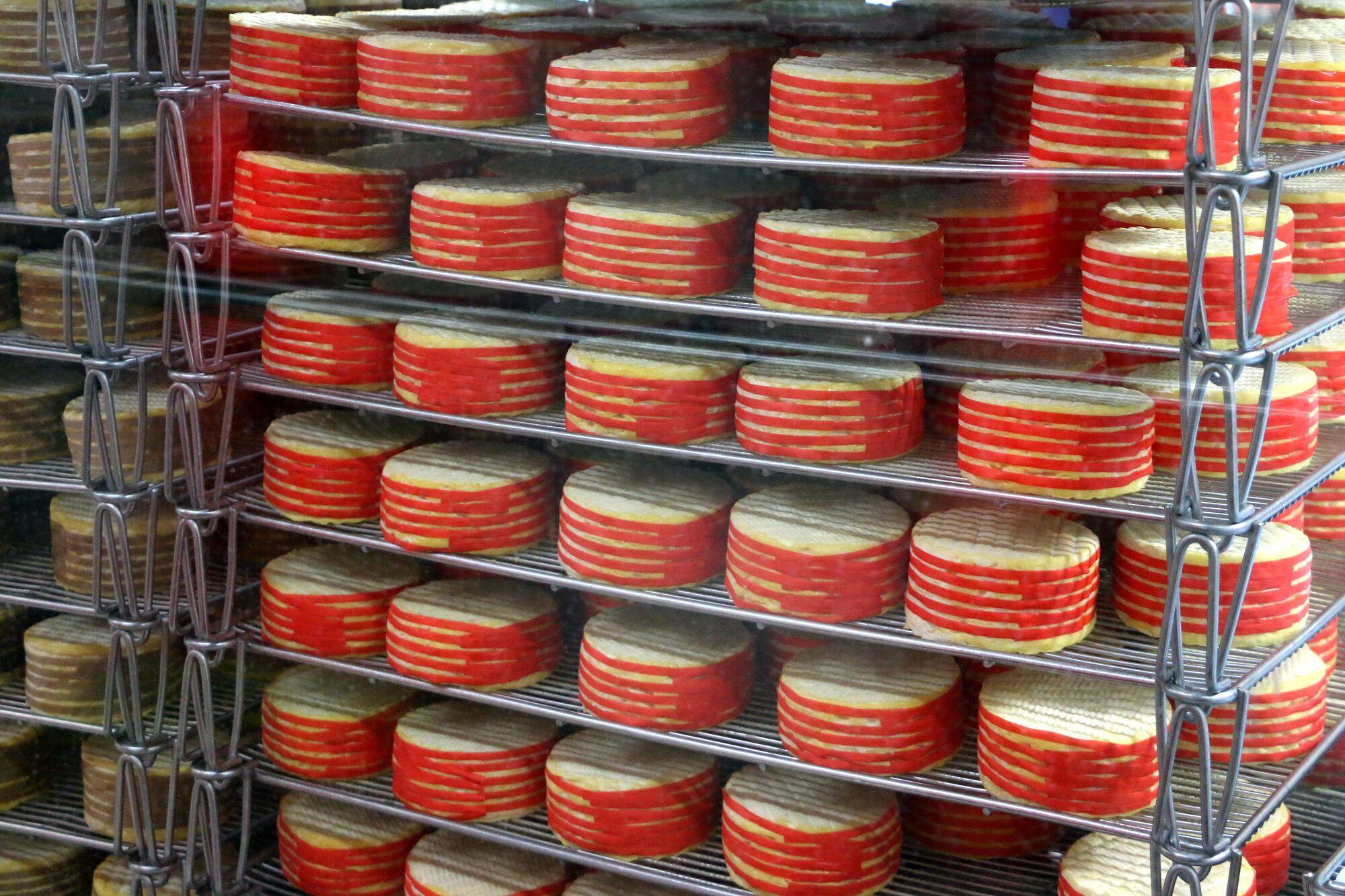 הליבארו נמכרת בגלגלים במשקל 450 גרם, סביבם מלופפים חבלי נצרים דקיקים