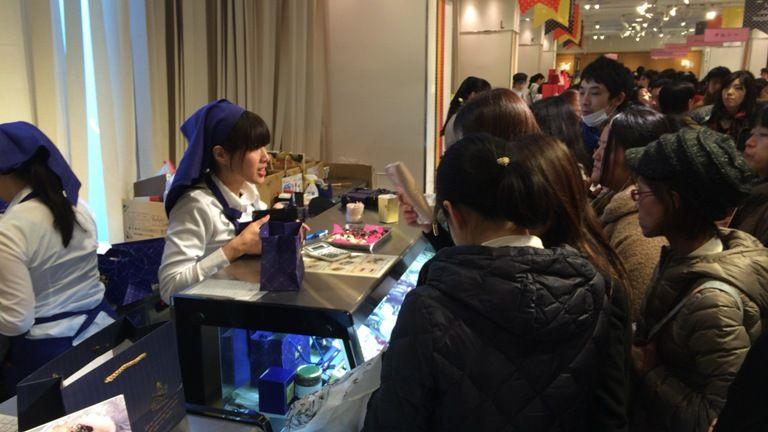 אפילו השוקולטיירים מגיעים לחלק חתימות - valentine's day בטוקיו