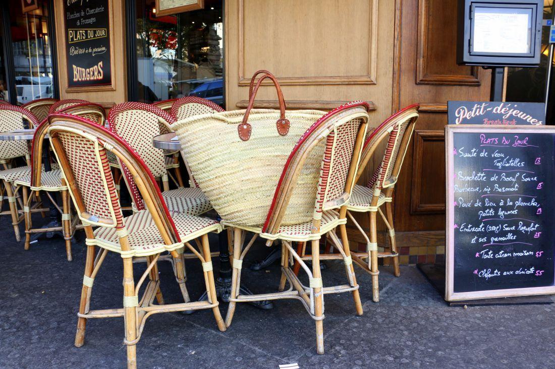 בדרך לשוק עוצרים בביסטרו השכונתי. צילום: שרון היינריך