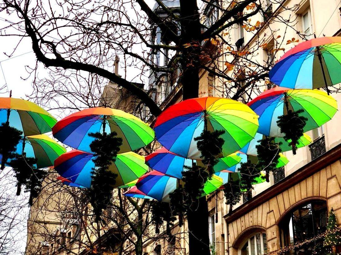 בין קישוטי חג המולד בפריז