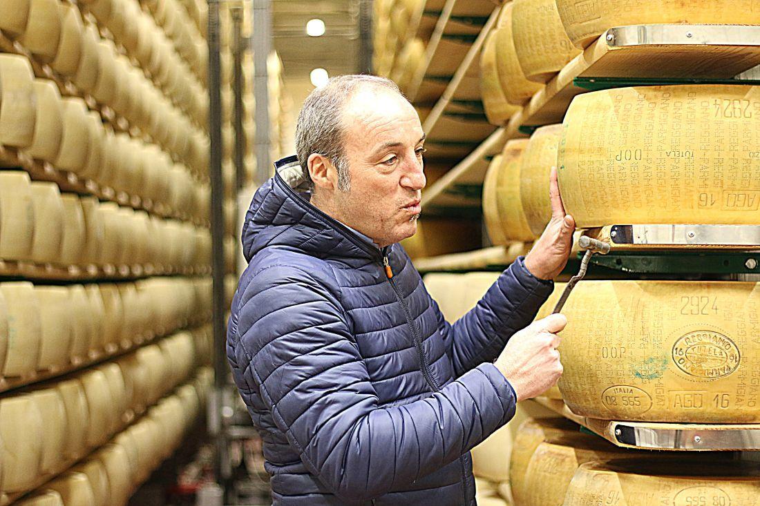 ג'ובני פניני, ליד גלילי הפרמז'ן באומברה, במפעל שהקים אביו.