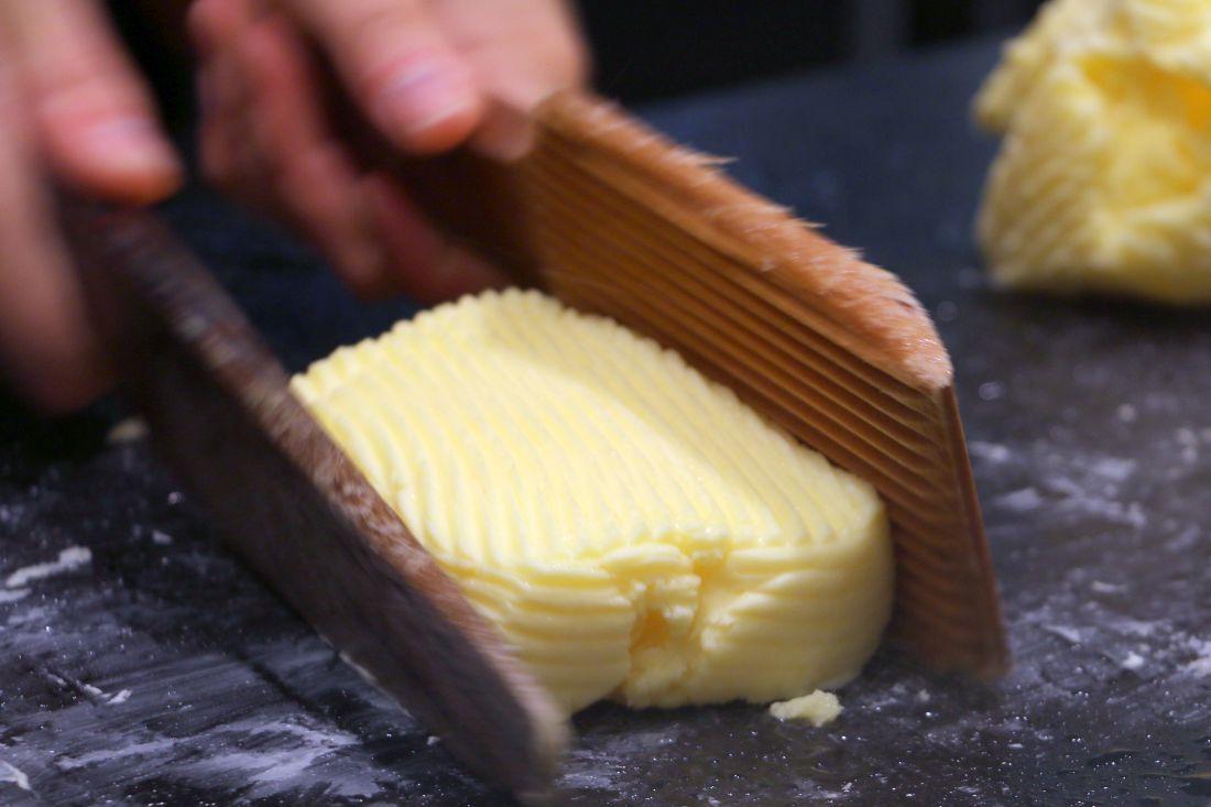 גוש החמאה מעוצב בעזרת כלי העץ הייעודיים לצורה מלבנית