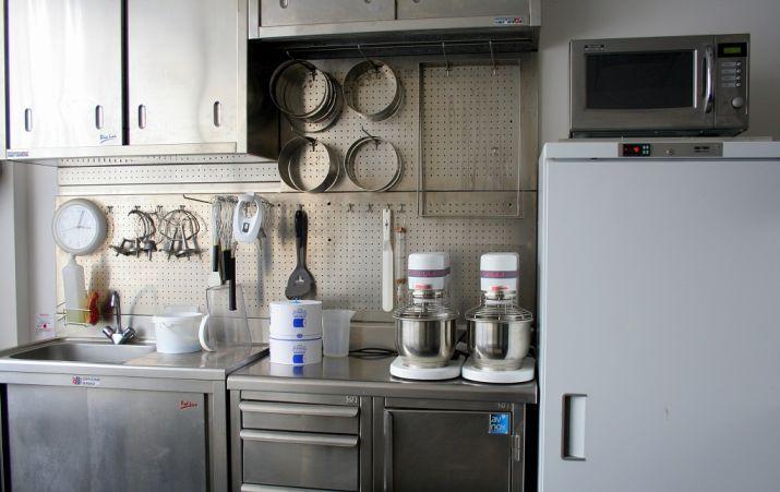 המטבח הפרטי בו רוקח אאוקי קינוחים חדשים. צילום: שרון היינריך