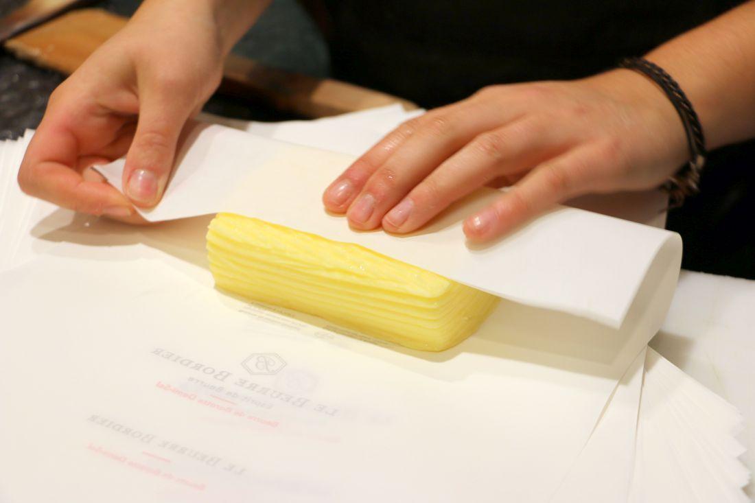 גוש החמאה נעטף בנייר לעיני הלקוח 1