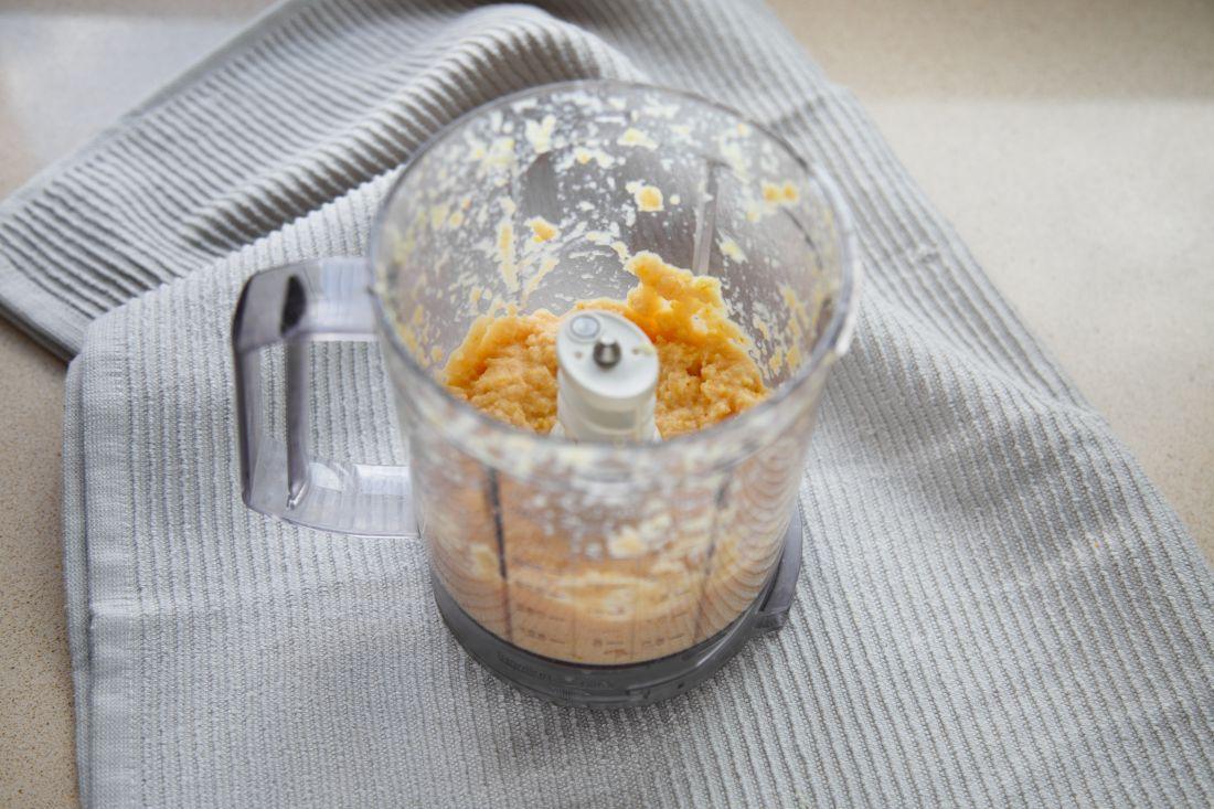 מוסיפים את החומרים היבשים ואת התפוז הטחון וממשיכים לערבל