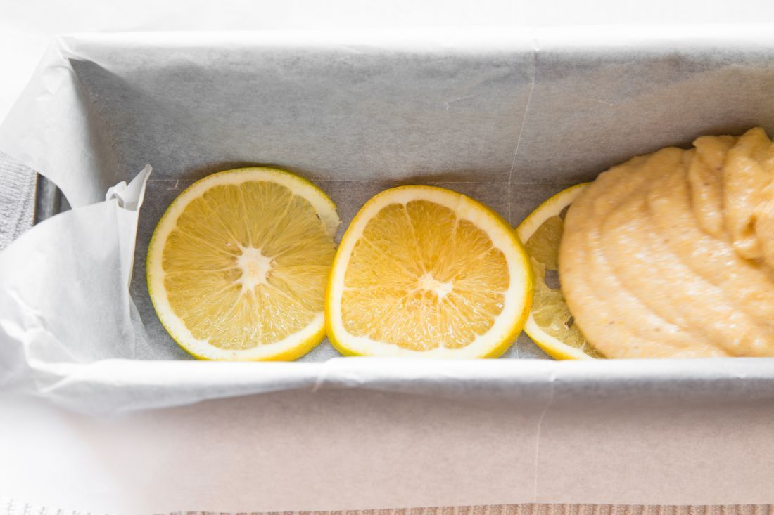 פרוסות התפוז בבסיס העוגה מתקרמלות במהלך האפייה