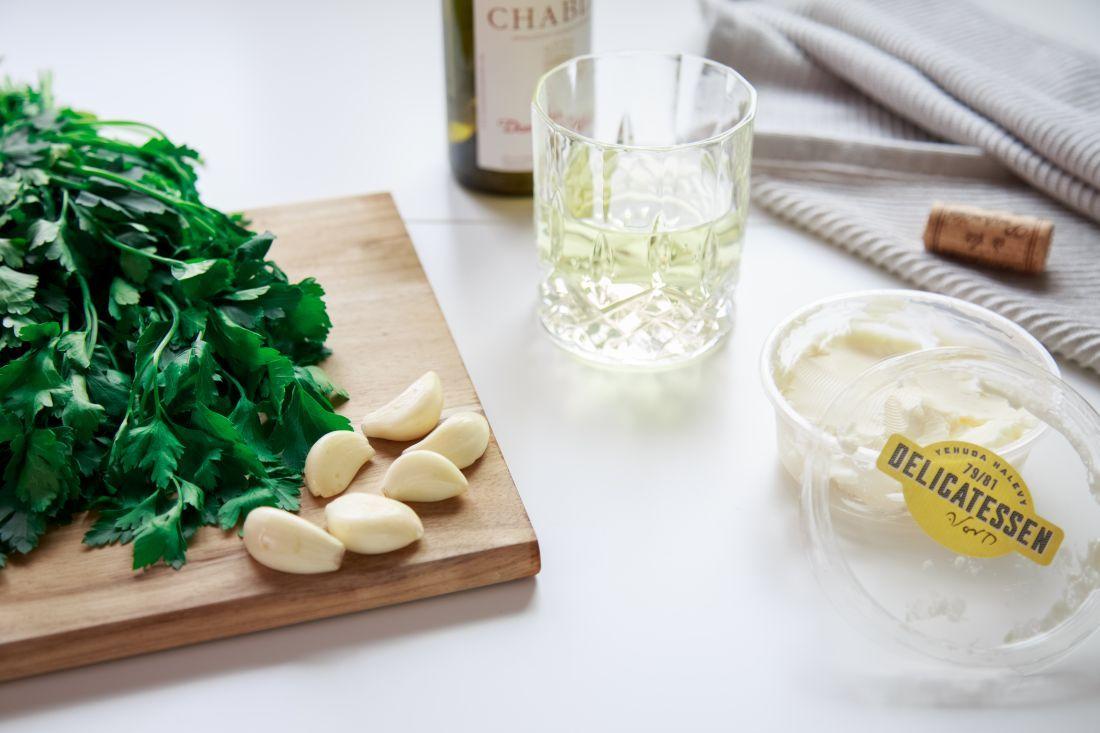 מוסיפים את השום, החמאה ובסוף גם את היין