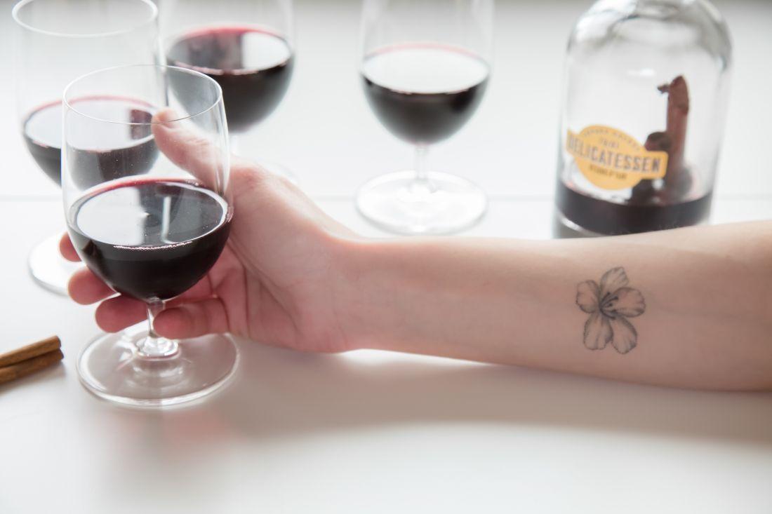 כוסות סנגריה מתובלת נמזגות, והכוסות מֻשָקוֹת לחיינו