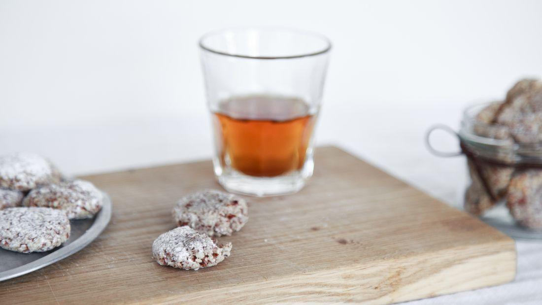 כוס תה מהביל, ולצידה עוגיות אמרטי