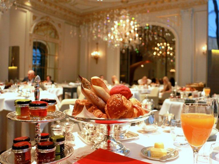 מסעדת גאלרי במלון פלאזה אתנה מציעה גם ארוחות בוקר עם מגוון מאפים. צילום: שרון היינריך