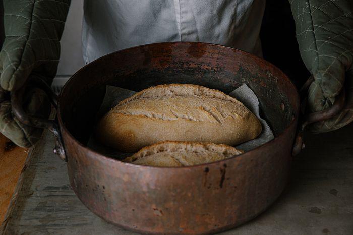 לחמם את התנור לחום המקסימלי כשבתוכו סיר שבתוכו נאפה את הלחם
