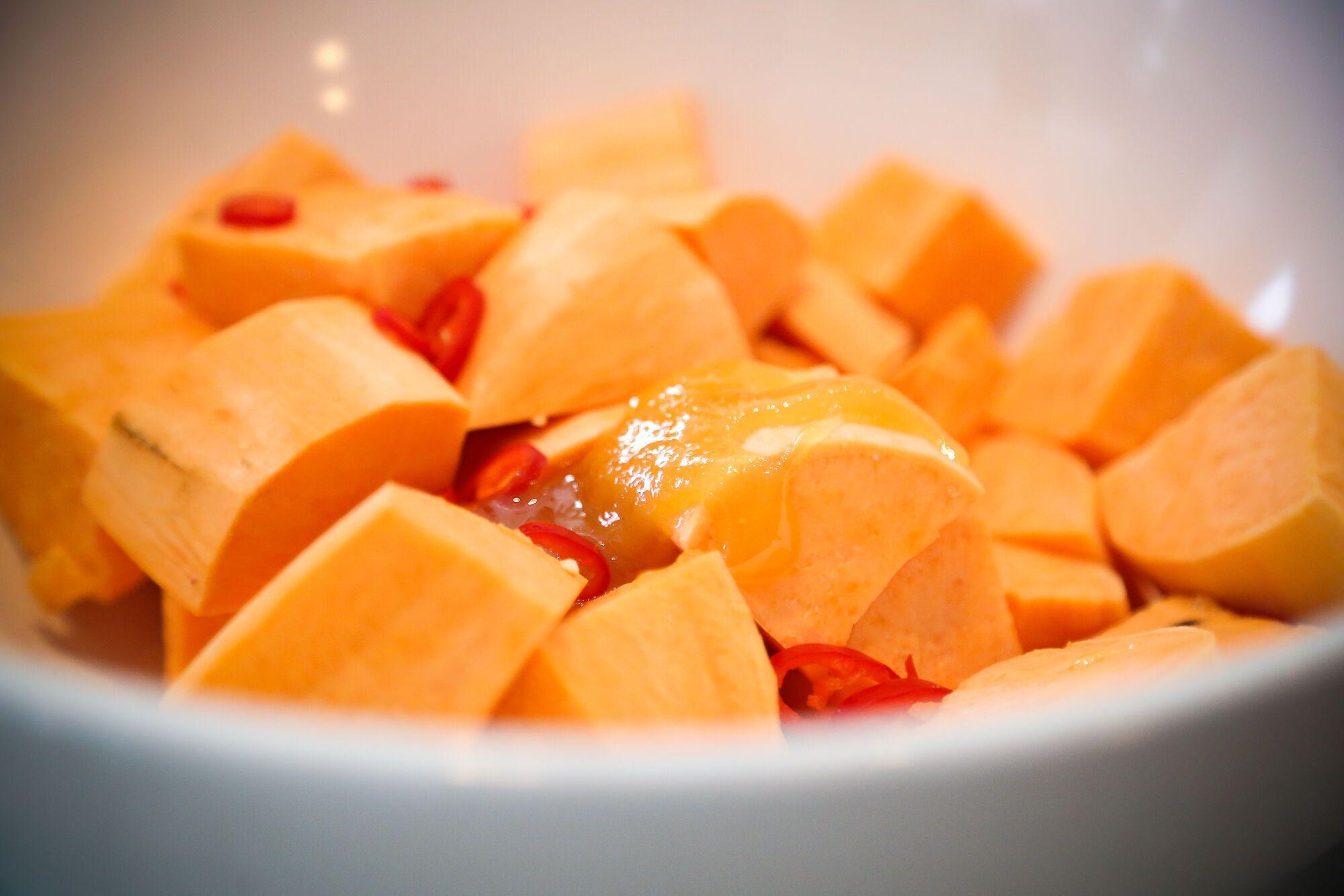 מערבבים בקערה את הבטטות עם הדבש, השמן, המלח והצ'ילי