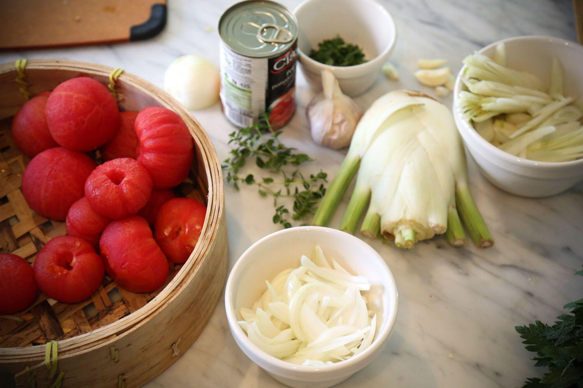מוסיפים את השומר הפרוס. אופן ההכנה של מרק העגבניות עם הרביולי
