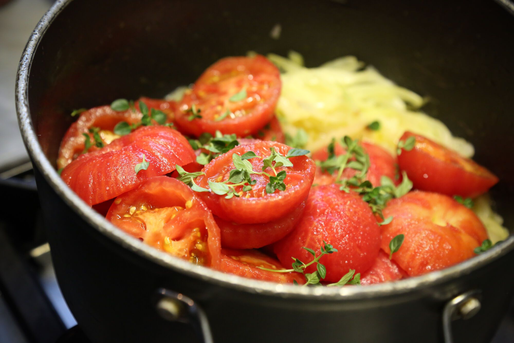 מביאים לרתיחה איטית וממשיכים לבשל עד שהעגבניות מתחילות להתרכך