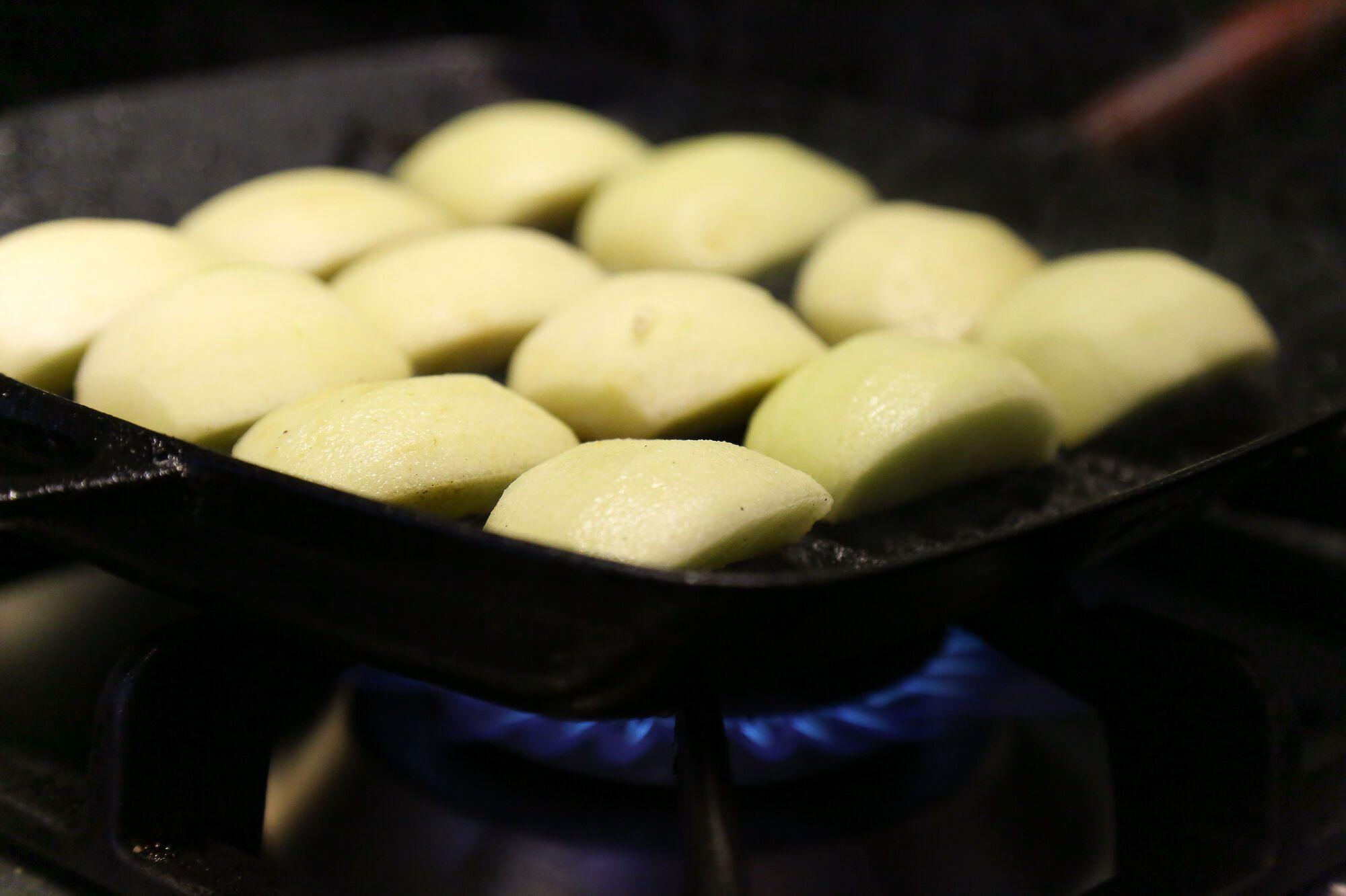 צורבים את תפוחי העץ עד השחמה