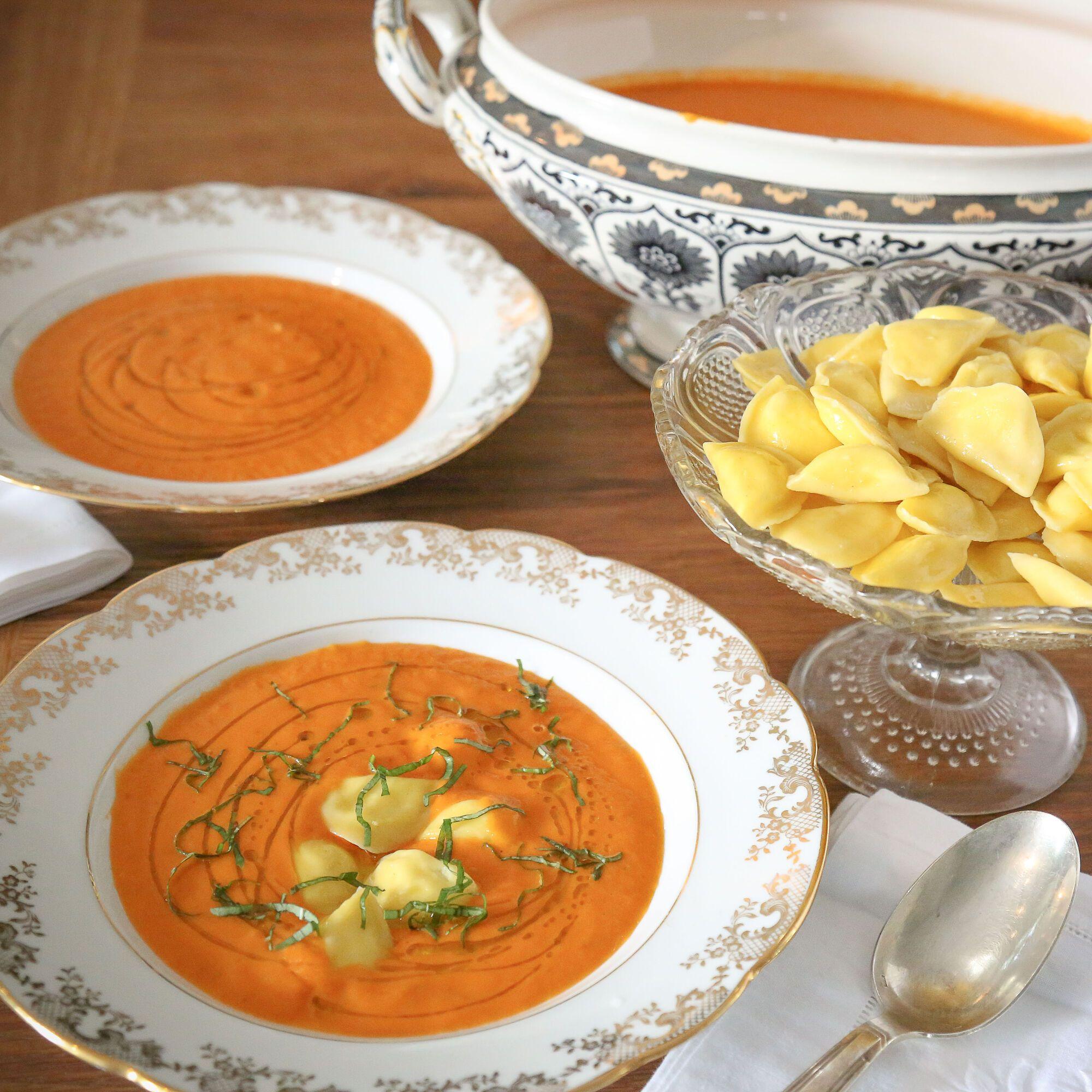מוזגים את המרק לצלחות עמוקות ומוסיפים 6-7 יחידות רביולי למנה