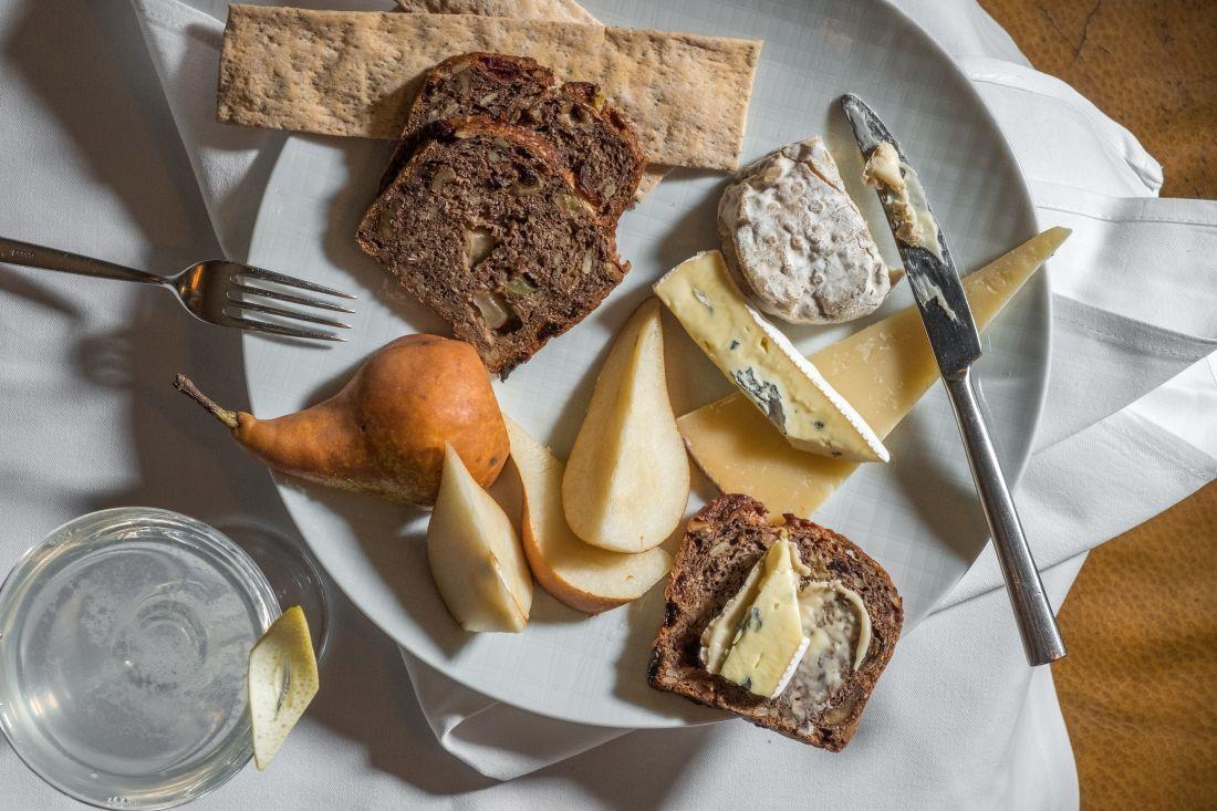 צלחת גבינות עם קרקרים ואגסי בוסקה