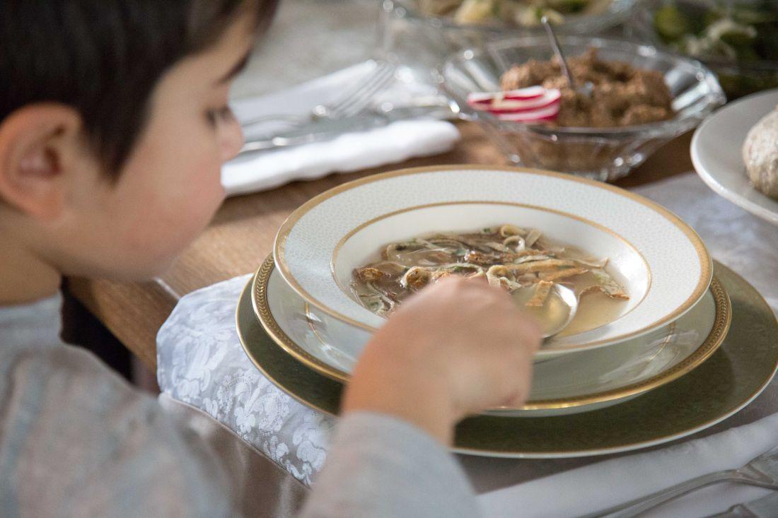 מרק עוף של סבתא מבושל באיטיות עם עופות טריים וירקות שורש
