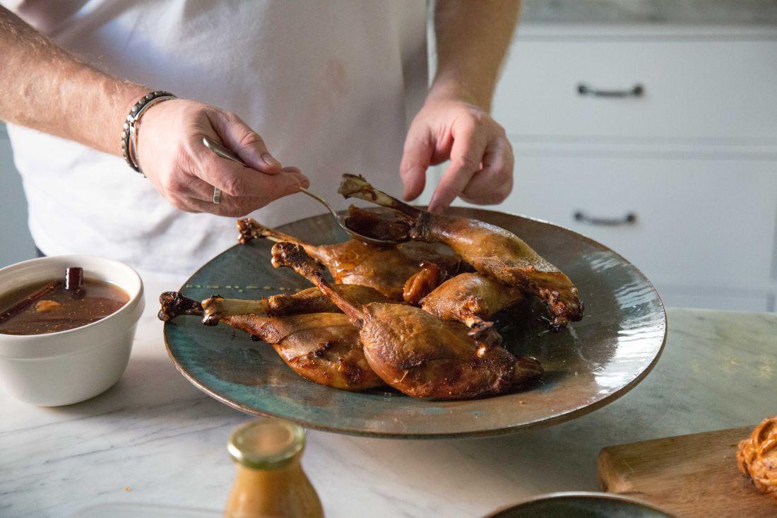 """שוק וירך של אווז מבושלים בשומן אווז ואח""""כ מושחמים לפריכות בתנור מוגשים עם תאנה מוחמצת ורוטב קינמון"""