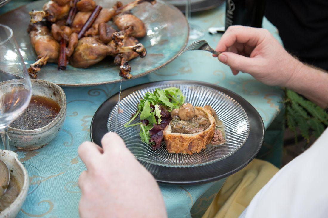 שטרודל מבצק עלים עשוי אצלנו במאפיה במילוי בשר בקר טחון טרי יתאים למנה ראשונה לכ-6 סועדים
