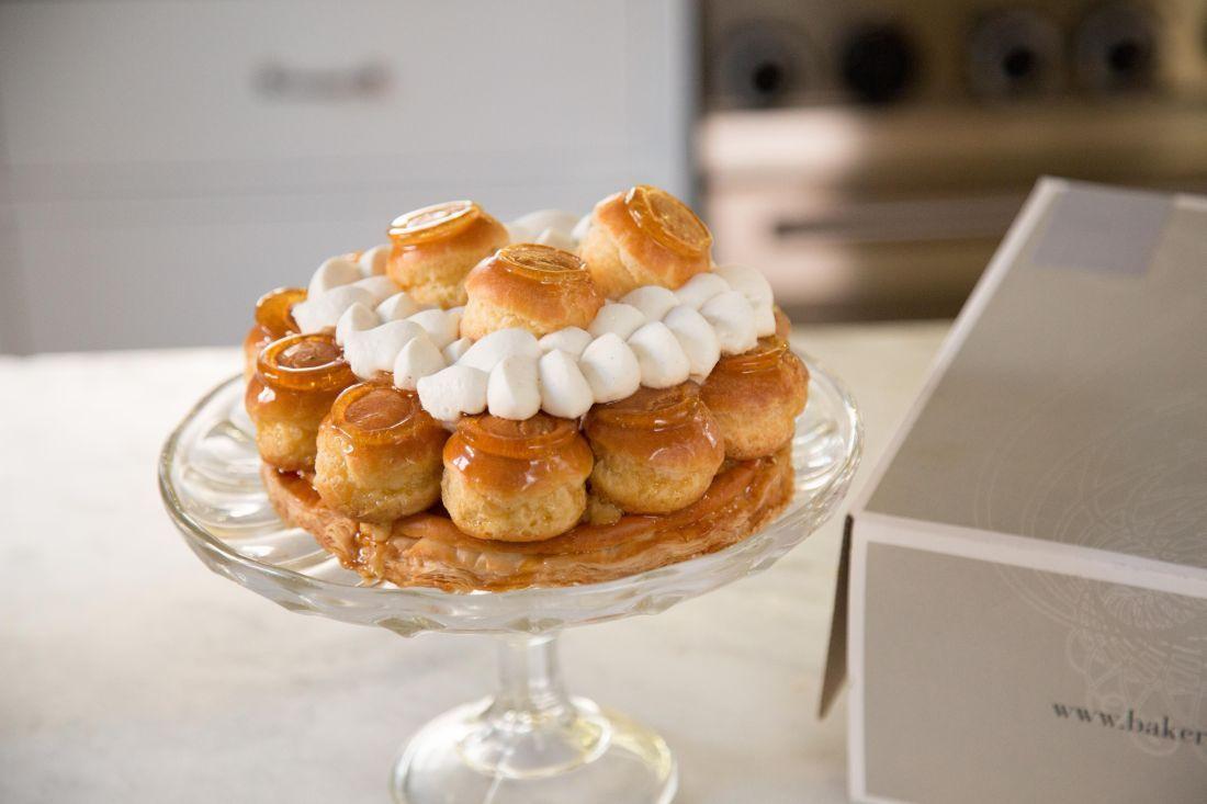 עוגה חגיגית עם תחתית בצק עלים, פחזניות במילוי קרם פטיסייר מקורמלות, קרם מוסלין וקצפת וניל.