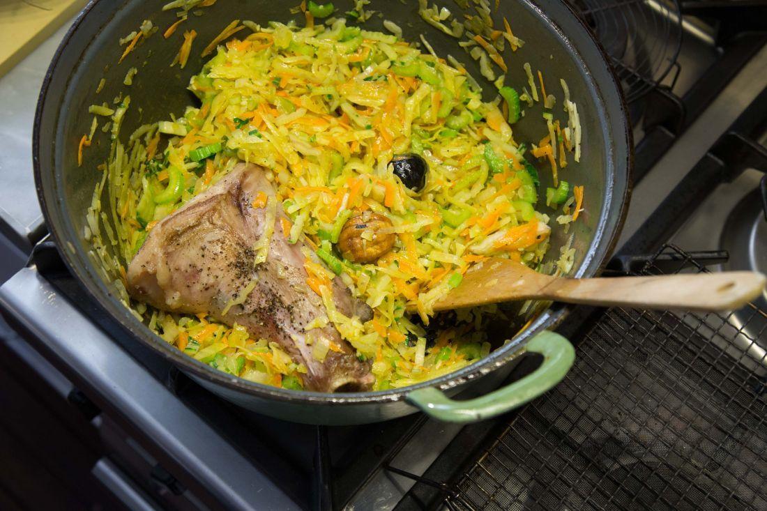 מוסיפים את האוסובוקו ומבשלים על אש קטנה כשעה