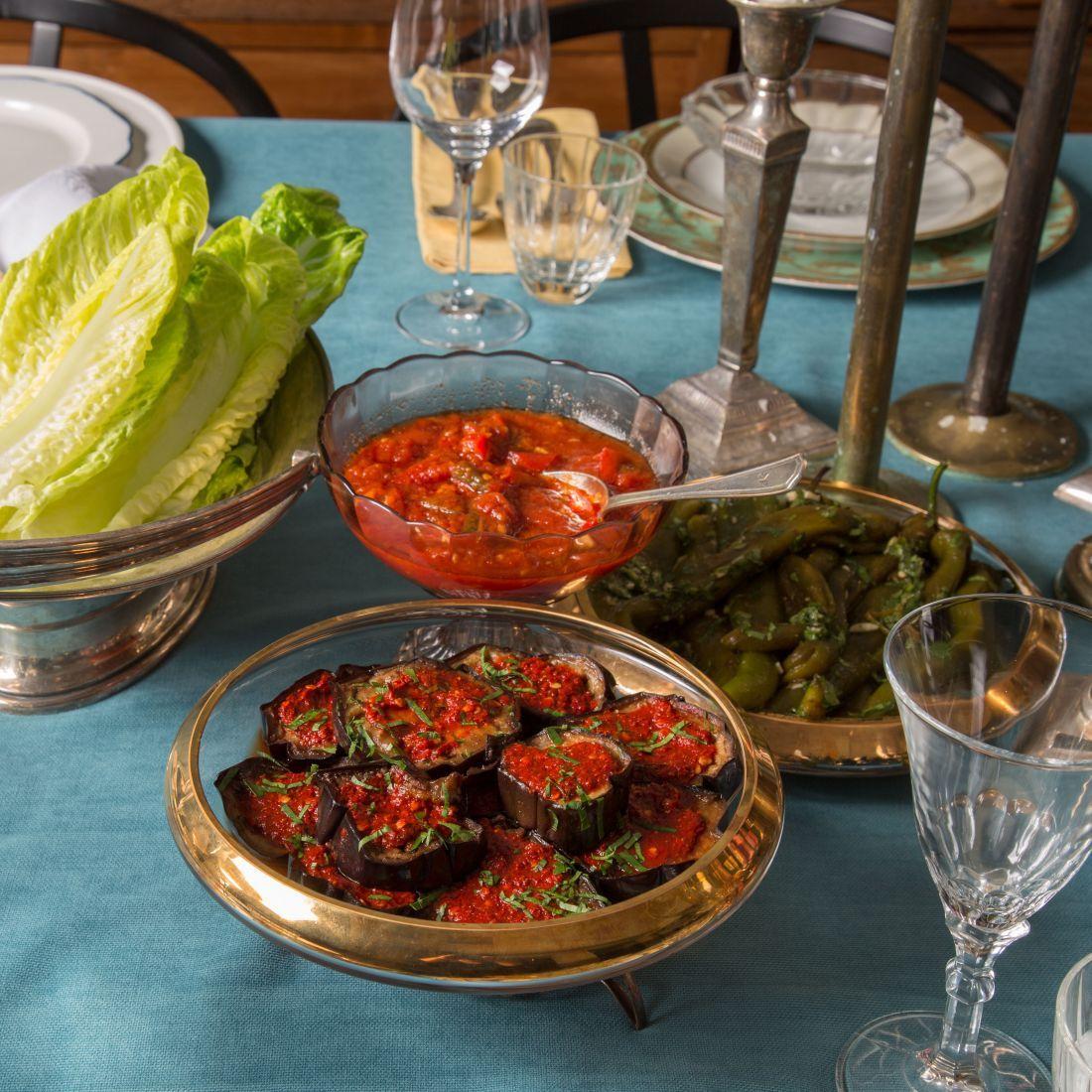 אחרי שנרגעים מהמרק העשיר, מגיעים אל השולחן סלטים למיניהם, כמו למשל חצילים באריסה, מטבוחה ופלפלים חריפים: