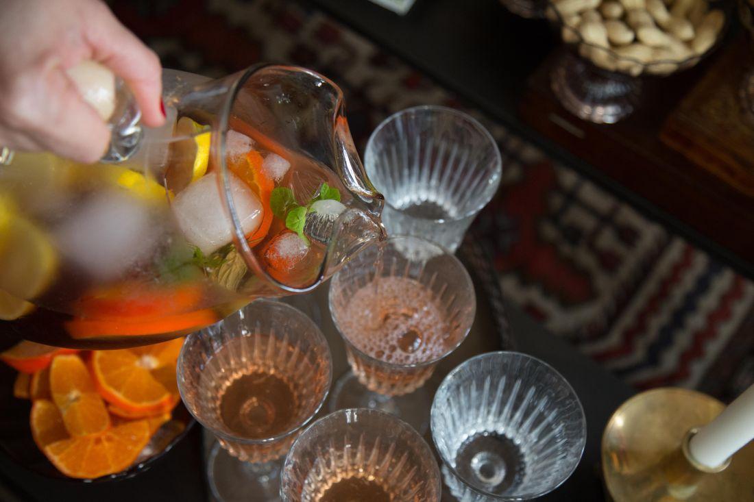 תפריט החג המשפחתי של בלולו נפתח עוד לפני הארוחה עצמה: עם שולחן של אגוזים, בוטנים וקוקטיילים