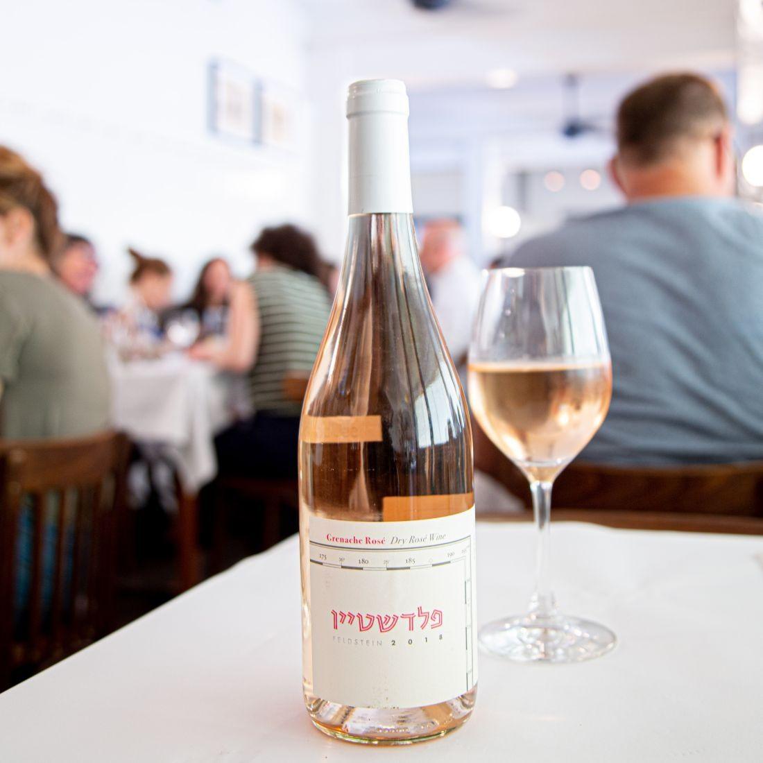 עם מעט קריניאן, בעל צבע עדין ומזכיר עשייה של יינות דרום צרפת. עדין וקלאסי