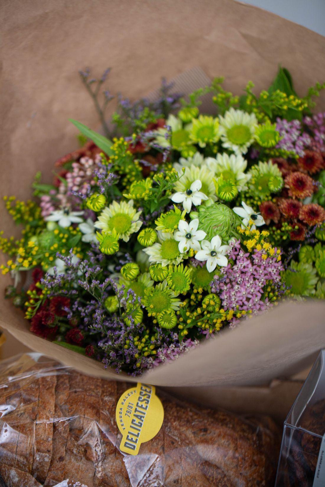 ואפשר להוסיף גם פרחים ליולדת