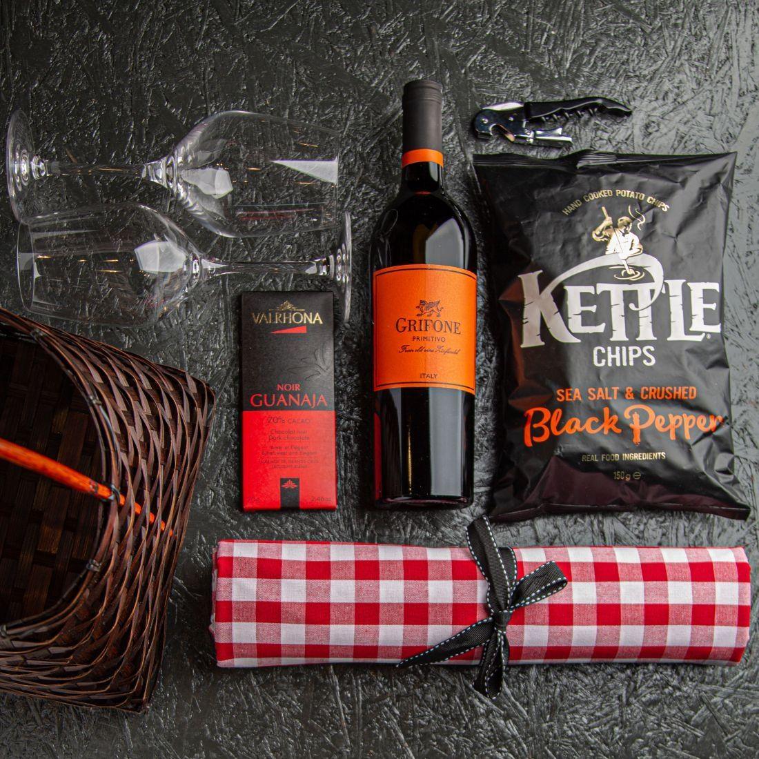 מארז החיים הם פיקניק - סל ויאטנם ובתוכו מפת פיקניק, 2 כוסות בורדו, יין אדום איטלקי, פותחן יינות, חטיף תפו''א ושוקולד ולרונה.