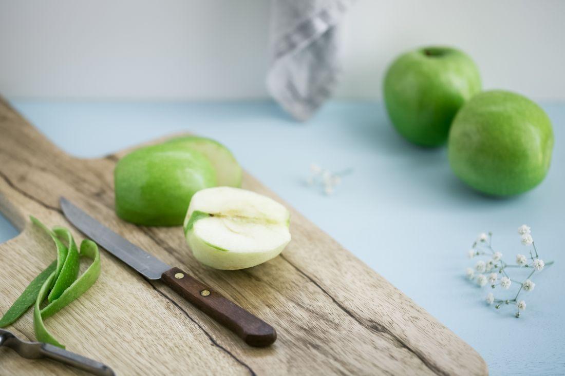 מקלפים את התפוחים וחותכים לשמיניות